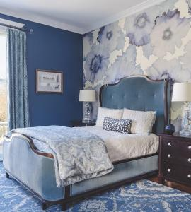Master_bed_with_with_bold_color_wallpaper_texture
